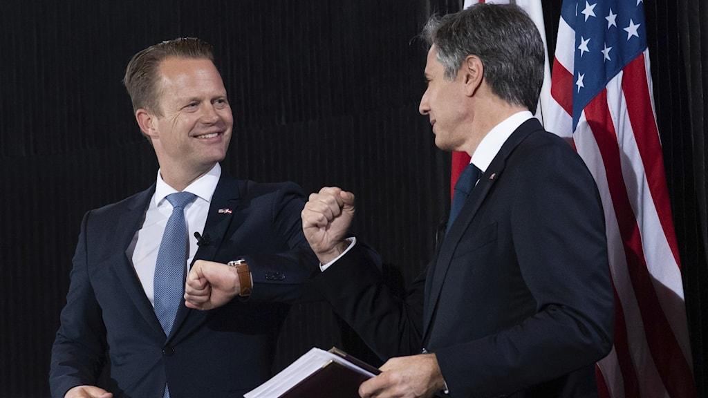 Danmarks utrikesminister Jeppe Kofod hälsar på sin amerikanska motsvarighet Anthony Blinken.