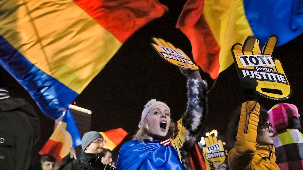 Demonstranter med rumänska flaggor.