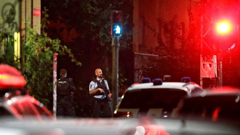 Polis utanför Christiania efter skjutningen där två poliser skadades.