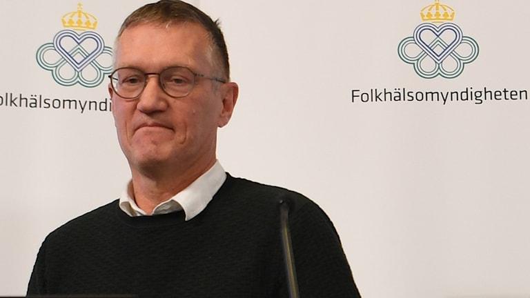 Statsepidemiolog Anders Tegnell framför en mikrofon under en presskonferens.