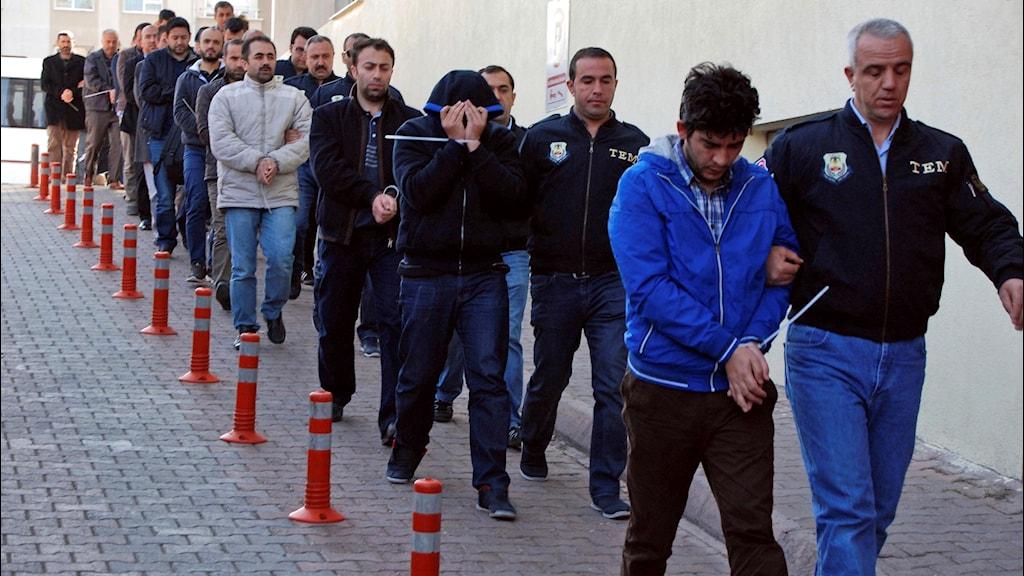 Gripna turkiska poliser