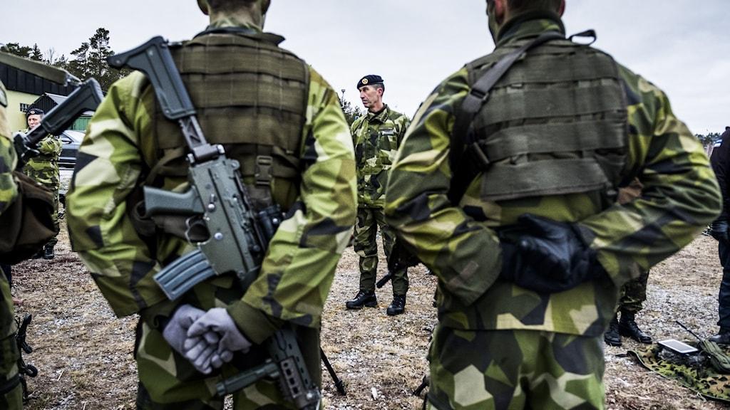 Sveriges överbefälhavare Micael Bydén pratar med soldater.