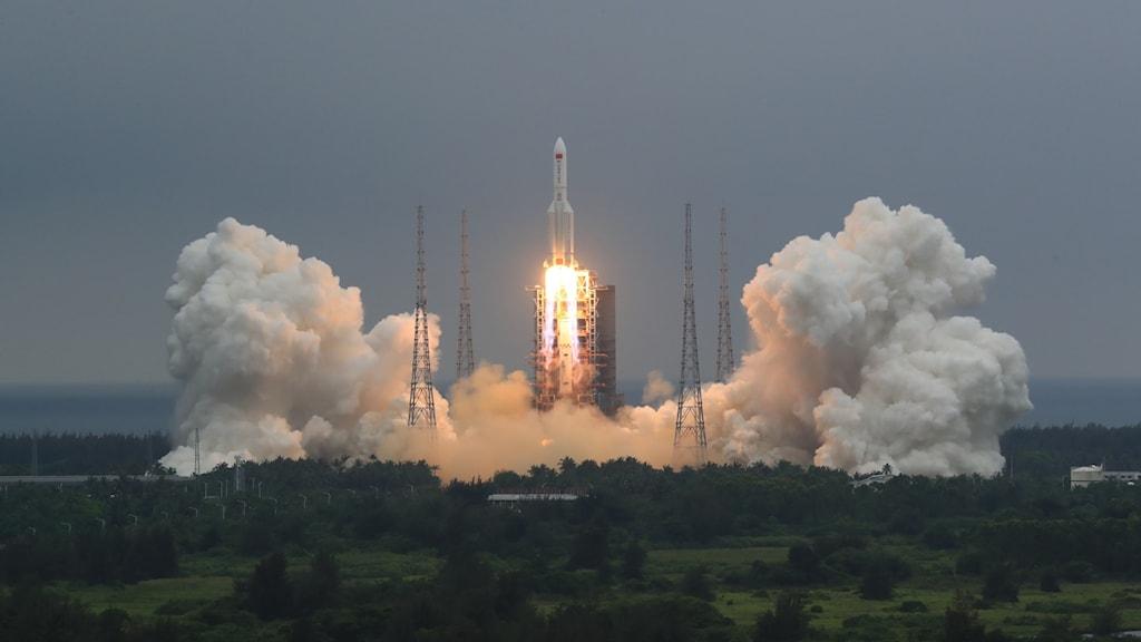 Kinesiska raketen Long march 5B skjuts upp. Man kan se rök och eld från raketen.