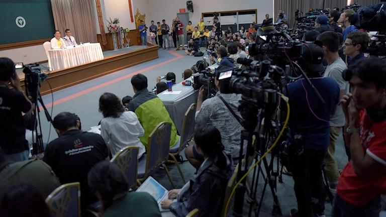 Pressuppbådet på presskonferensen på sjukhuset när thailändska hälsoministeriet och läkare redogör för pojkarnas hälsotillstånd.