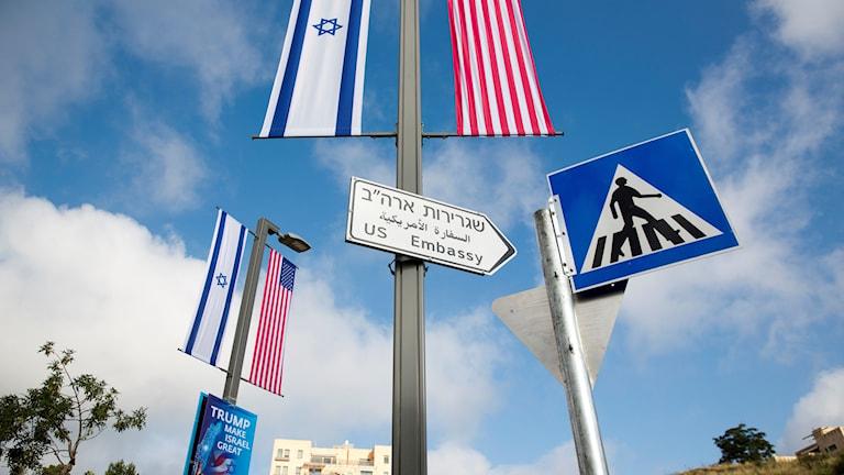 En vägskylt mot amerikanska ambassaden inför officiella öppningen.