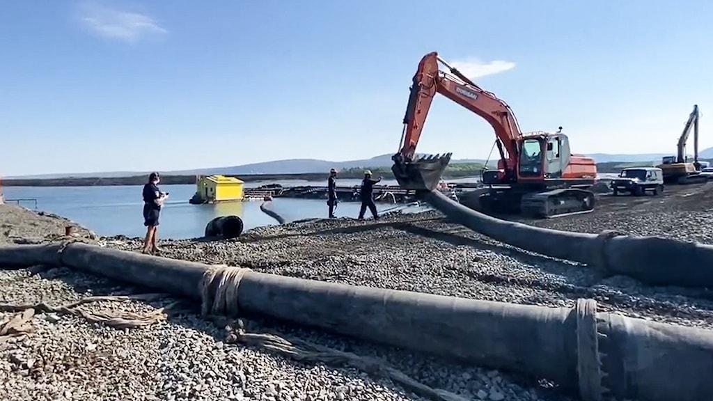 Bilder publicerade i Novaya Gazeta visar avloppsrör som rinner från Norilsk Nickels fabrik ned i en närliggande flod.