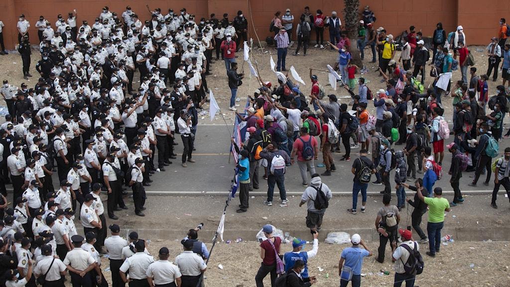 migranter och poliser drabbar samman