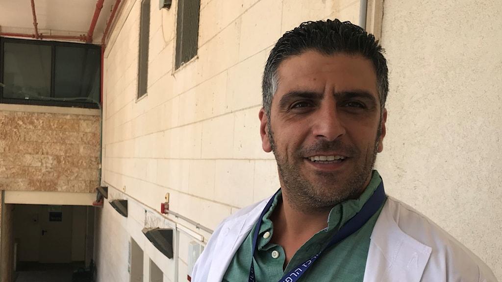 Fares Issa jobbar på ett israeliskt sjukhus som tar emot svårt skadade syrier.