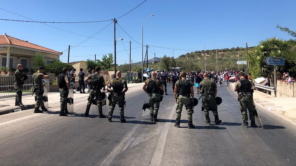 Militärer spärrar av en väg på ön Lesbos.