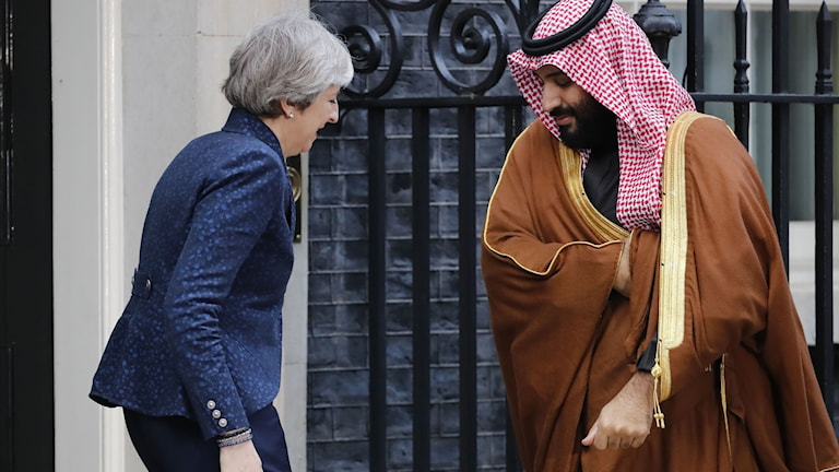 Theresa May hälsar på gästen utanför Downing Street nr 10 i centrala London i onsdags. Foto: Tolga Akmen/TT.