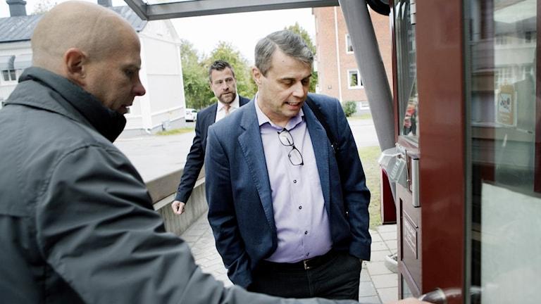 Daniel Kindberg anländer till Ångermanlands tingsrätt.