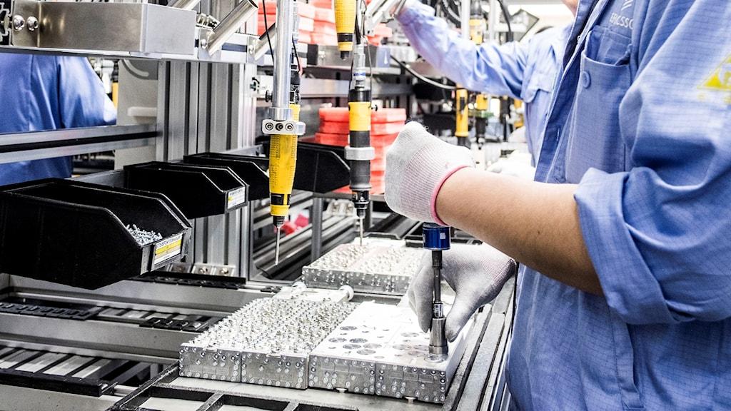 Man som arbetar på Ericssons fabrik i Kina