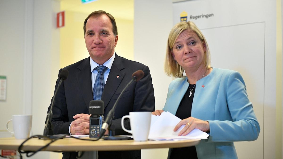 Två personer vid ett ståbord.
