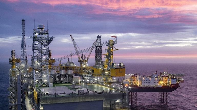 Norskt oljefält vid solnedgången.