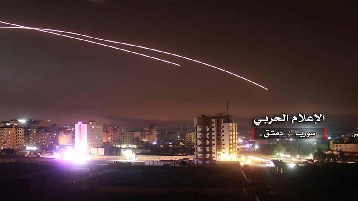 Israelisk motangrepp efter att iransk militär angript israeliska militärposteringar med raketer.