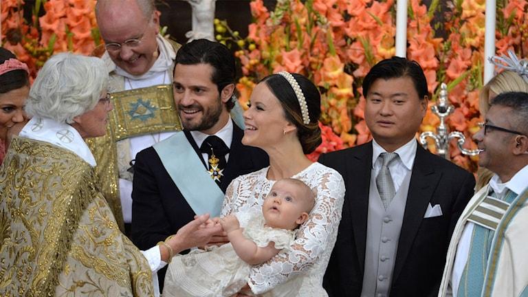 Ärkebiskop Antje Jackelén, överhovpredikanten Biskop Johan Dalman, prins Carl Philip, prinsessan Sofia med prins Alexander, faddern Jan-Åke Hansson och pastor Michael Bjerkhagen under prins Alexanders dop i Drottningholms slottskyrka fredagen den 9 september 2016.