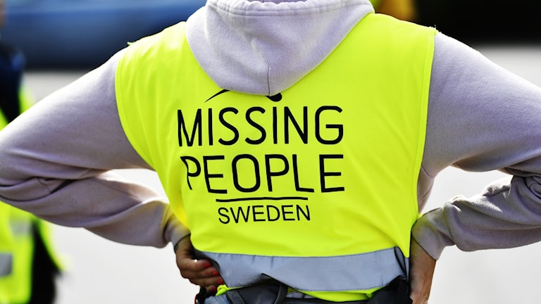 Missing Peoples logga på rygg.