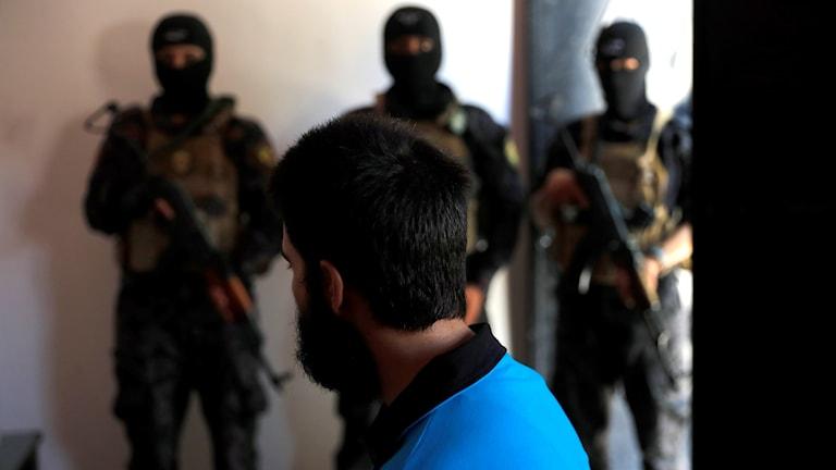 Genrebild på utländsk IS-krigare som kurdiska styrkor tillfångatagit.