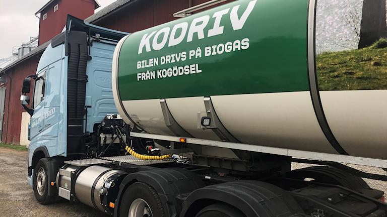 Biogasdriven lastbil står utanför en ladugård