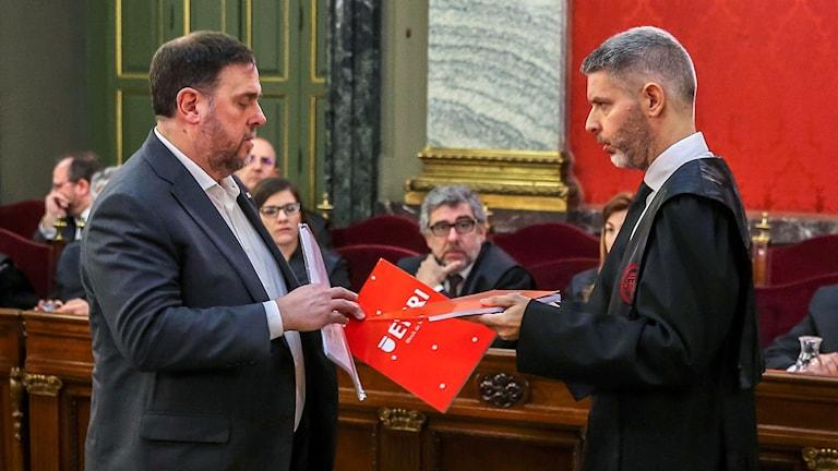 Kataloniens tidigare vicepresident Oriol Junqueras talar med sin advokat Andreu Van Den Eynde.