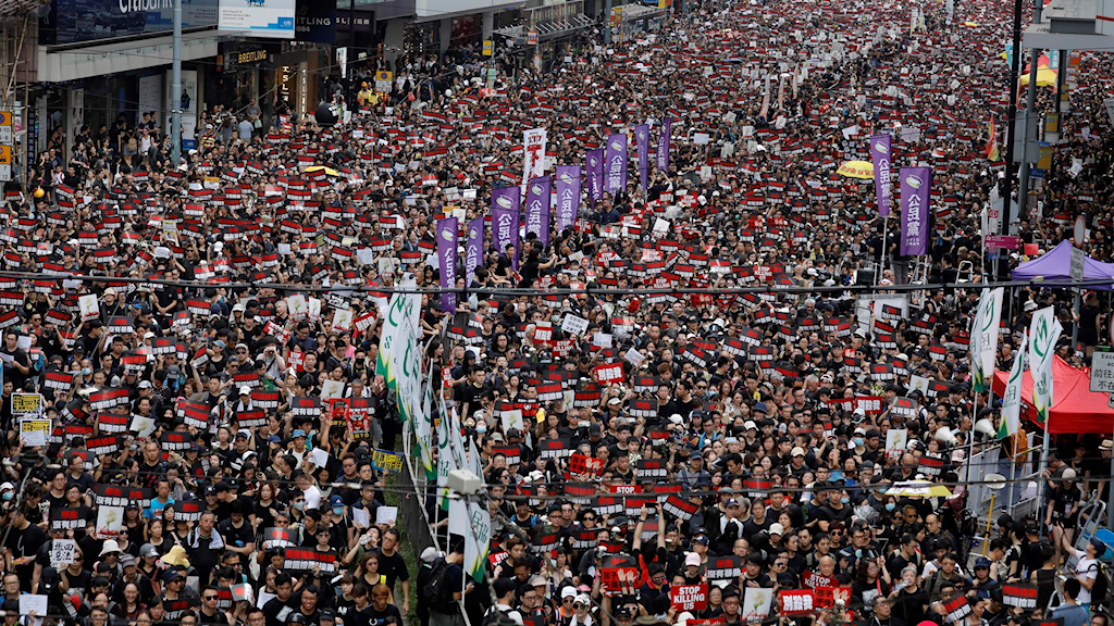 Hundratals människor marscherar på gatorna i Hongkong.