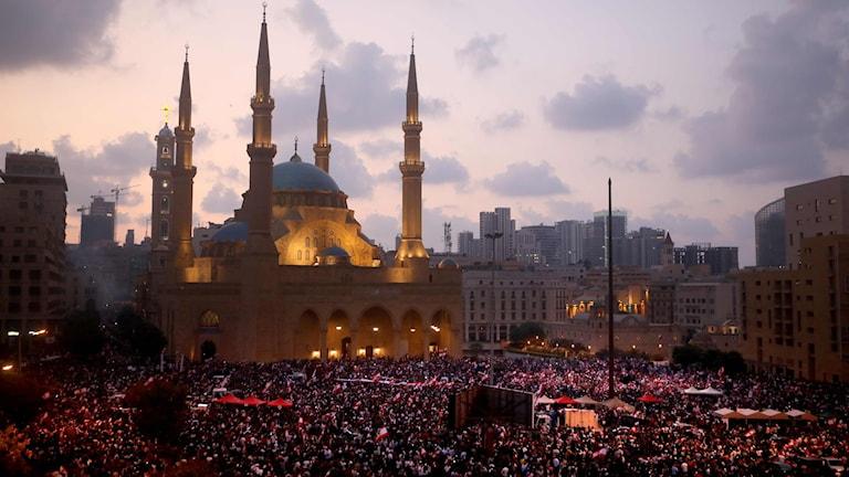 Demonstranter vid Mohammad al-Aminmoskén i Beirut.