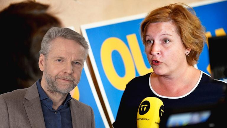 Ekots inrikespolitiska kommentator, Tomas Ramberg, och Karin Karlsbro (L). Foto: Naina Helén Jåma/TT/SR