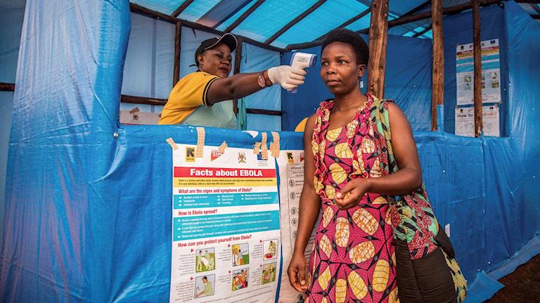 En kvinna undersöks av en person i flyktinglägret