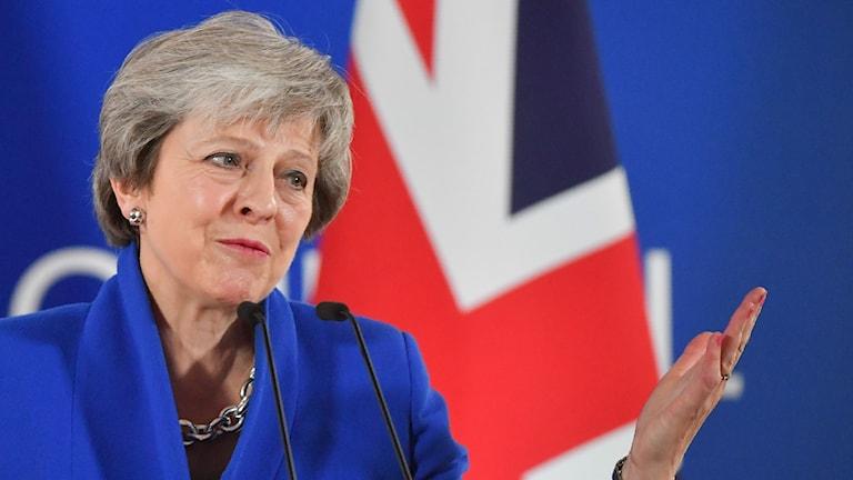 En kvinna med blå bakgrund.
