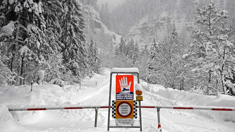 En väg i närheten av Obertauern i Österrike, som stängts av på grund av lavinrisken i området.