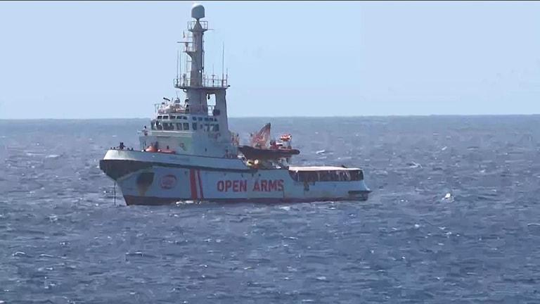 Det är fortfarande oklart vad som ska hända med det hundratal migranter som befinner sig ombord på fartyget Open Arms utanför Italiens kust.