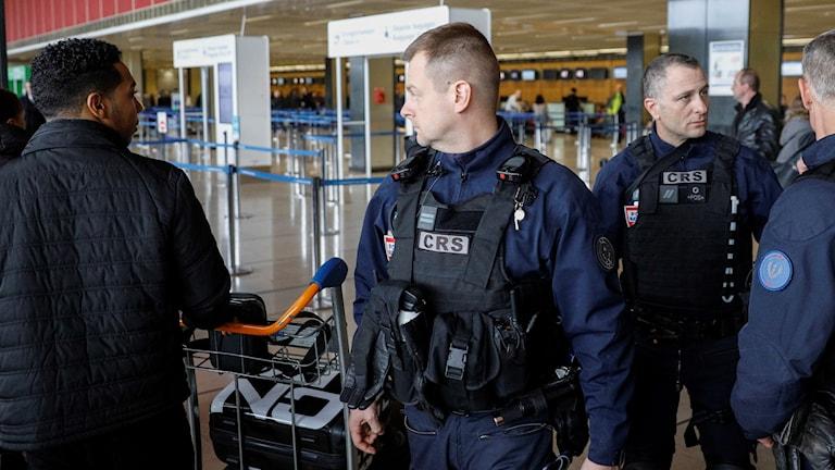 Polis inne på flygplatsen i samband med att flygen började gå igen. Orly skottdrama. Paris