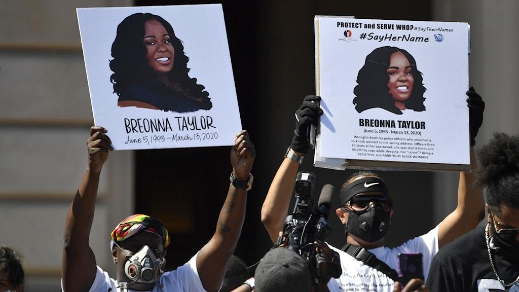Demonstranter i USA håller upp skyltar med Breonna Taylors namn och bild.