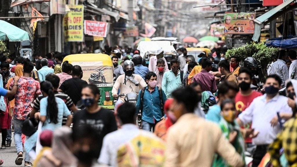 folkmyller på en gatan i en indisk stad