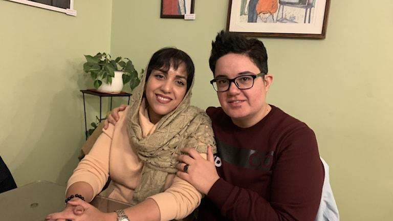 Transpersonen Radin Oroumi i Teheran med fästmön Nazi. Han önskar genomgå könsbyte, men känner homosexuella i Iran som känt sig tvingade till operation och senare ångrat sig och begått självmord.