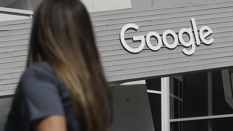 Kvinna framför Googles logga.