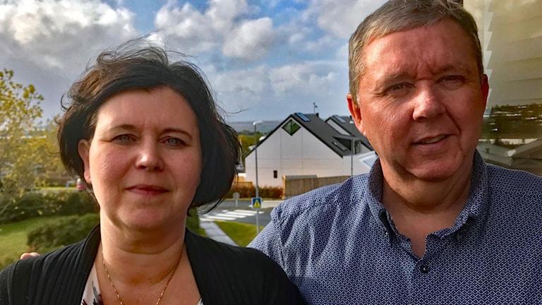 Ásta Lóa Þórsdóttir och maken Hafþór Ólafsson på balkongen till det hus som de, tio år efter Islands bankkrasch, fortsatt kämpar för att kunna behålla.