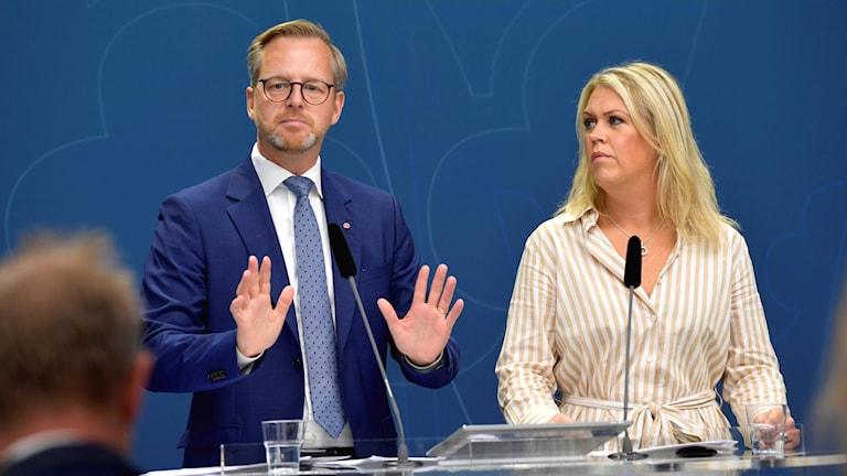 Inrikesminister Mikael Damberg (S) och socialminister Lena Hallengren (S) håller pressträff för att presentera nya åtgärder i arbetet mot narkotika.