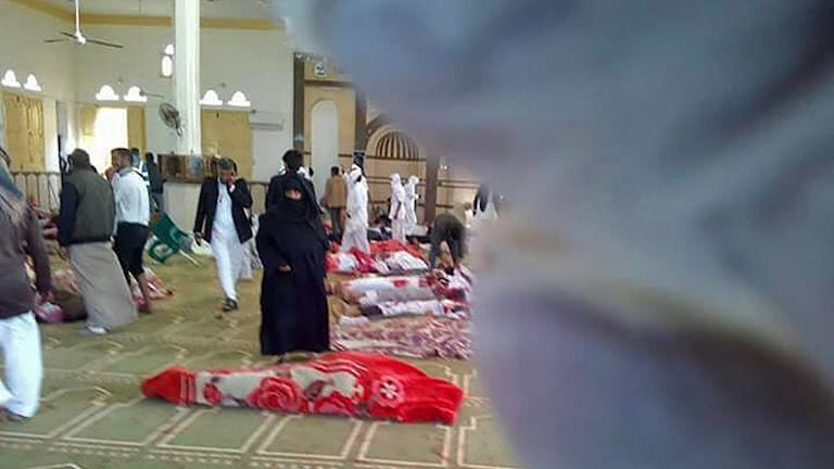 Bomb och skott mot moskén i samband med fredagsbönen.