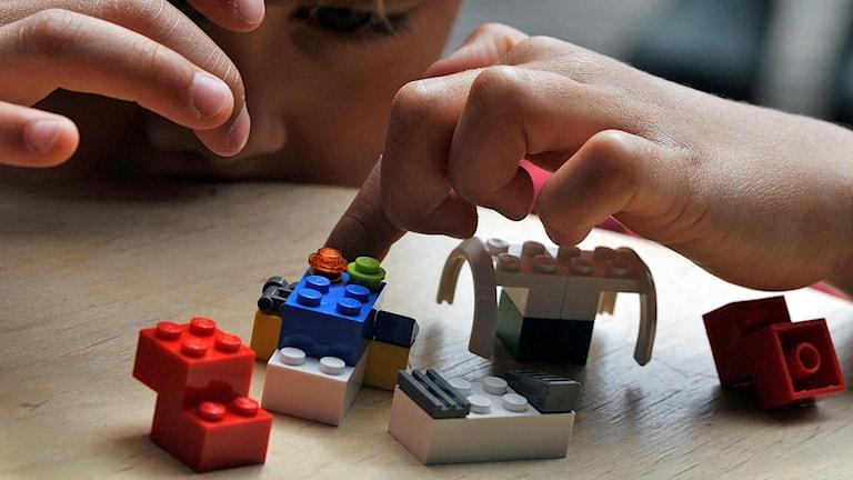 Barn leker med lego.