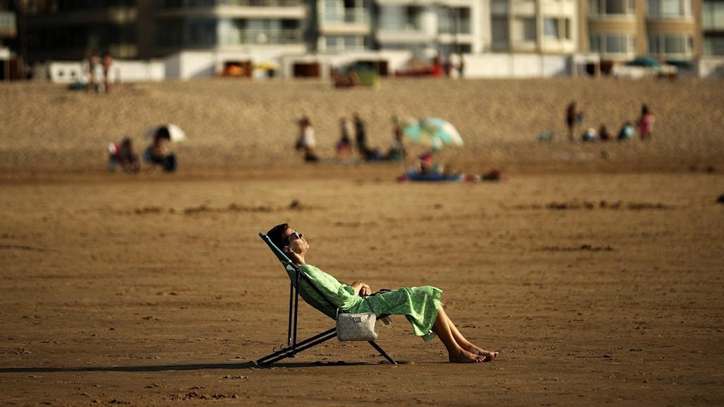Kvinna solbadar