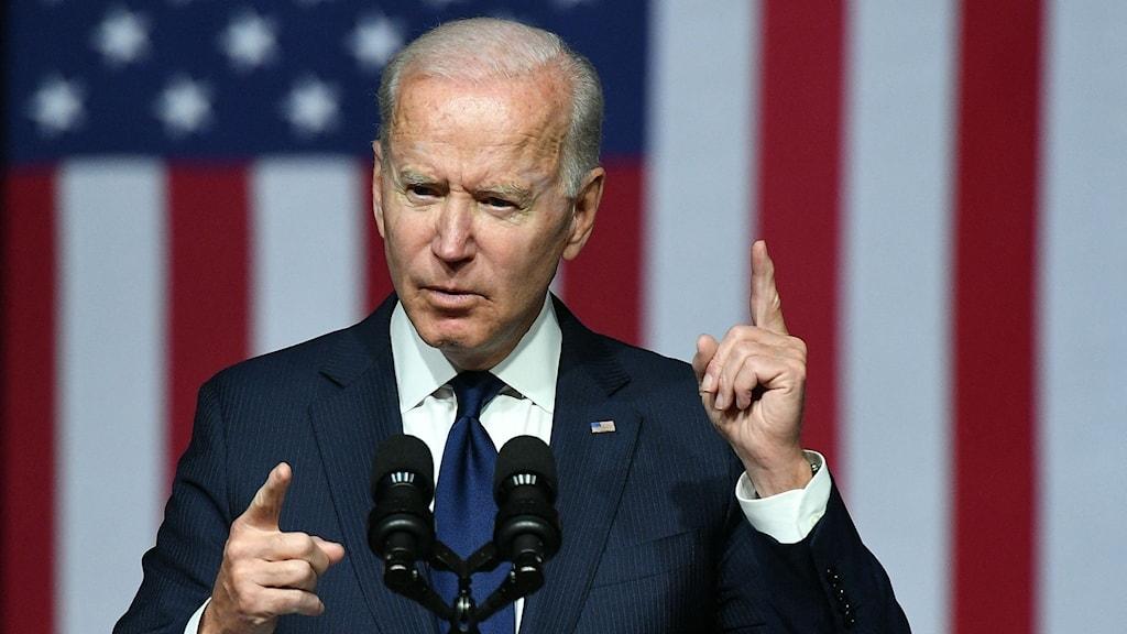 Joe Biden framför den amerikanska flaggan.