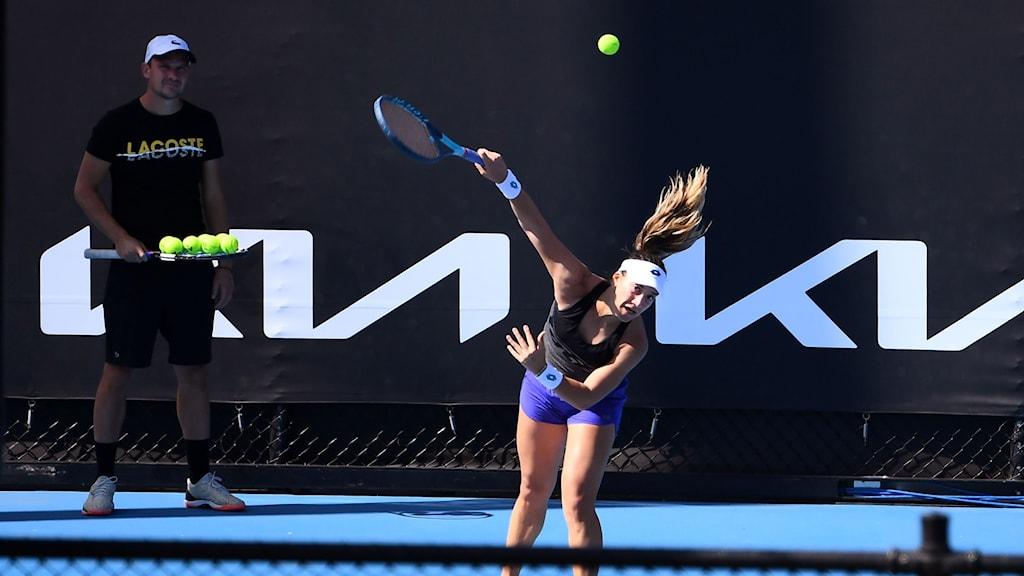 En tennisspelare tränar servar inför Australian Open i Melbourne.
