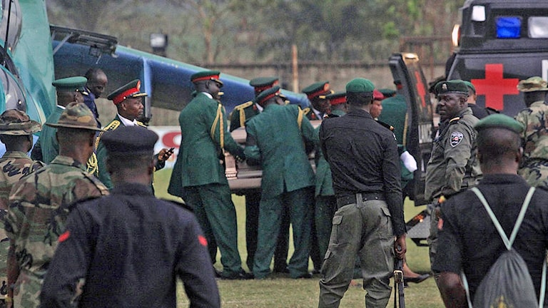 Kistan med förre Biafraledaren Dim Chukwuemeka Ojukwu förs bort.