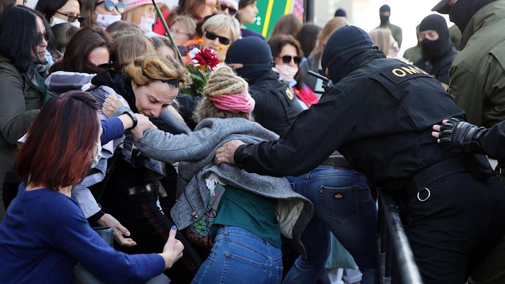 Polis drabbar samman med demonstranter under lördagens demonstrationer i Minsk.