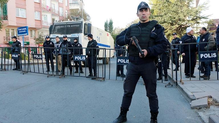 Polis i Turkiet spärrar av en gata som leder till HDP:s högkvarter i Ankara.