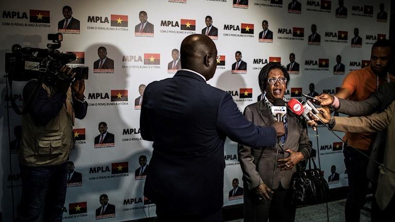 Albina Assis i socialistpartiet MPLA ger sitt första uttalande efter valsegern.