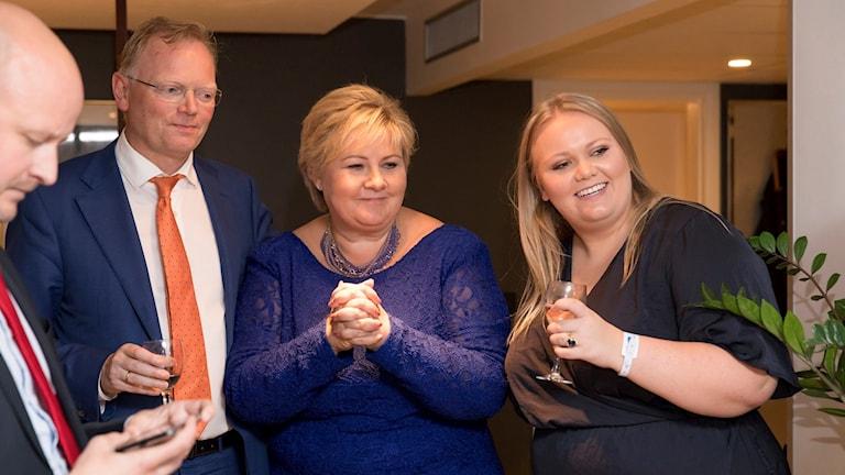 Sigbjörn Aanes, Sindre Finnes,  Erna Solberg og datteren Ingrid Solberg Finnes ser på Höyres första prognoser i måndags. Foto: Hans Kristian Thorbjörnsen / TT.