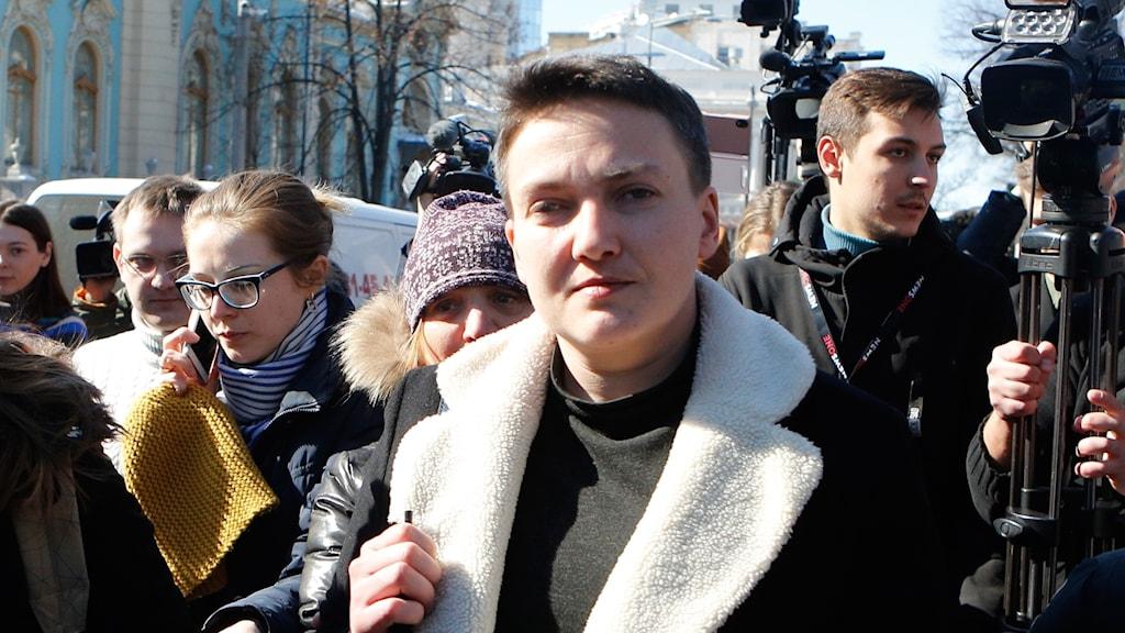 Nadja Savtjenko med flera journalister runt sig