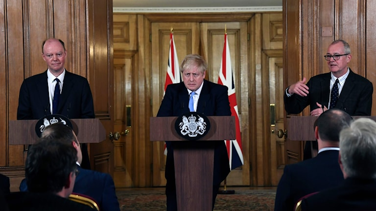 Bild på chefsläkaren Chris Witty (vänster), premiärminister Boris Johnson (mitten) and rådgivaren Patrick Vallance (höger) .